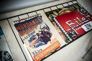 Uffe har inga bokhyllor men däremot flera tidningsställ med diverse lektyr.