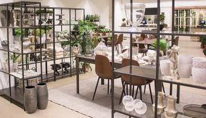 I butiken finns utrymme mellan kaféborden, växterna och inredningshyllorna.