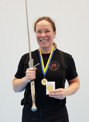 Jenny med guldmedaljen runt halsen.