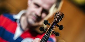 Jonas LIndgård och hans vackert prydda violin visar upp sig i Barbers violinkonsert under invigningskonserten. Bild: Lia Jacobi