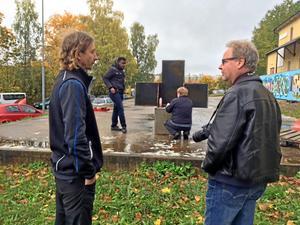 Richard Nordenstam hängde med när en samling prototypmöbler levererades till en skola i Vårberg utanför Stockholm.