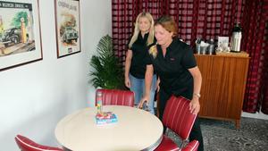 Linda Allfjord, 44 (höger), och dottern Emma, 19, gör i ordning inför öppnandet av den nya kafédelen.