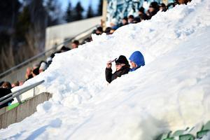 Åskådare på de snötäckta läktarna. Bild: Erik Mårtensson/TT