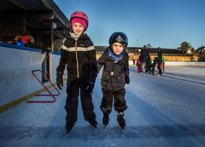 """Syskonen Leah och Lucas Serti, 8 respektive 5 år gamla, har precis tagit sig ut på isen för dagen. Leah har lärt sig åka både baklänges och på ett ben. """"Jag har lärt mig själv att åka på ett ben. Jag märkte bara att det gick"""", säger hon."""