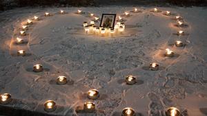 Utanför badhuset hyllades Tovas minne med ljus och mycket värme.