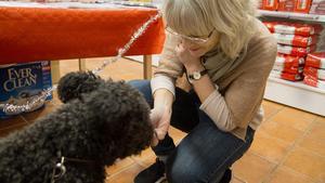 Helene Norgren med hunden Zack. Hon bjuder honom på lite godis innan hon ger kostrekommendationer till hans matte och husse.