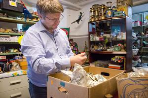 Rickard Markman vet aldrig vad han hittar när han packar upp lådor till loppisen. – Det känns som julafton varje gång, säger han.