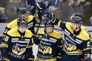 Mattias Tedenby firar sitt andra mål i 4-2-segern mot Växjö Lakers i Kinnarps Arena.