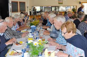 Härligt god strömming tyckte ett hundratal av Myssjö-Ovikens pensionärer, som åt och  njöt av surströmmingen. Foto:Karin Jirdén