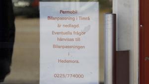 Den här skylten möter besökarna som kommer till bilanpassningsenhetens verkstadslokaler i Timrå.