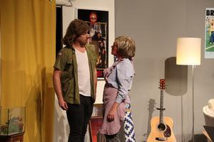 Vad finns måhända bakom draperiet? Om det vill Ove verkligen inte prata med sin mor Barbro.  Bild: Frida Trygg Stöffling