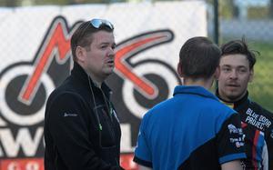 Indianerna lagledare Peter Johansson var missnöjd med flera domslut i tisdagens elitseriepremiär borta mot Västervik.