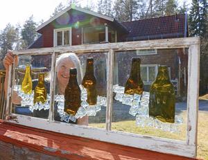 Lisa jobbar med glasmosaik och tänker att det här fönstret skulle göra sig bra på någon pub.