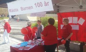 Bokbord, tipsrunda och ballongutdelning fanns på Stortorget, när Rädda Barnen 100-årsjubilerade. Foto: Monika och Per Hedman