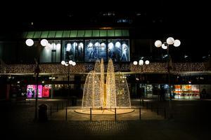 Fontänen på gågatan är en av nyheterna i årets julbelysning. Den får vara kvar till slutet av februari.