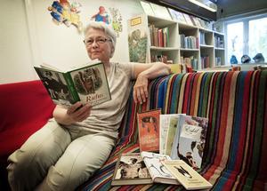 Barnen är viktiga för Stöde bibliotek. Här ger Margareta Näslund boktips inför sommarlovets läsning. Bild: Camilla Bengtsson