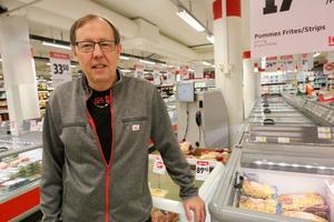 Ulf Danielsson som äger Ica Nära profilen i Kumla   har varit med om åskilliga händelser under årens lopp. Han har blivit sparkad, slagen och hotad när han ingripit mot snattare i butiken. När det nu kommit in knivar i bilden är han mycket bekymrad och kräver mer polisnärvaro på kvällarna.