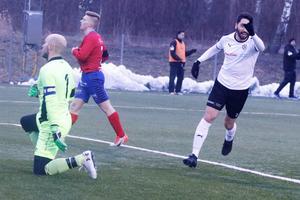 Nahir Besara signalerar för 2–0. Målvakten Joakim Dahlberg är överspelad.