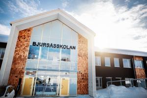 Den svarta fasaden på nya Bjursåsskolan är tänkt att smälta in i bebyggelsen. Ljust cederträ som liknar tegel lättar upp.