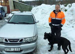 Per-Erik Lundholm överväger att övernatta i bilen tillsammans med hunden Diesel.