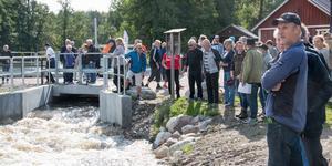 Vattnet släpptes på med ett knapptryck och besökarna stod en stund och beundrade vattenmassorna som forsade förbi.
