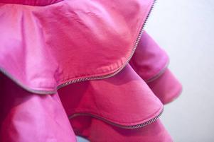 Återbruksklänning. Caroline Rolfsson har arbetat med second hand, här en klänning med detaljer av dragkedjor.