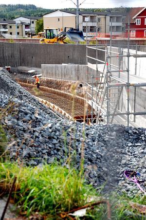 Det sista betongarbetet på Östra järnvägsgatan kommer att ske under veckorna 41 och 42, men sedan ska räcken och annat sättas upp.