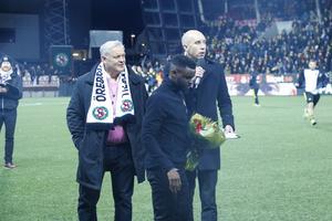 Maic Sema fick en blomsterkvast av ÖSK:s ordförande Björn Åqvist och vd:n Simon Åström.