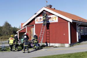 Räddningstjänsten kollade med värmekamera att branden inte hade spridit sig till vinden.
