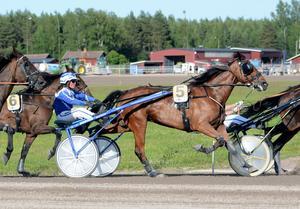 Kajsa Frick tränar hästarna i Stall Leksand i Rikstravet.