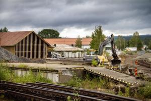 I slutet av sommaren påbörjade kommunen arbetet med att anlägga väg samt gång- och cykelväg till fastigheten där bandyhallen ska byggas.
