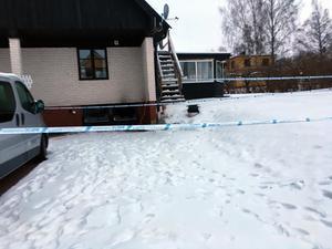 Räddningstjänsten larmades natten till onsdagen till en brand i ett HVB-hem för ungdomar i Hallstahammar. Under morgonen har polisen meddelat att de misstänker att det var en mordbrand.