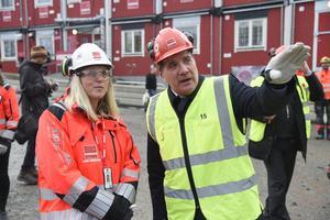 Statsminister Stefan Löfven (S) under en rundvandring på ett bygge i Högdalen i Stockholm. Foto: Hossein Salmanzadeh / TT.