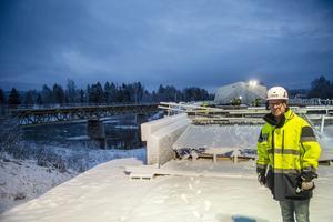 Projektchefen Andreas Omberg visar brobygget för Sundsvalls Tidnings reporter.