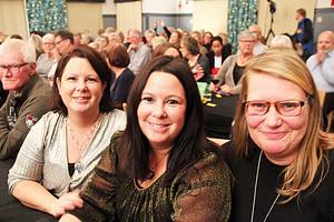 Många av besökarna kände någon som stod på scen. Så även Hoforstjejerna Tina Nyberg, Karin Norling och Jenny Kling.