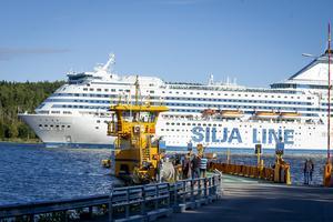 Silja Symphony passerar i Sannasundet.