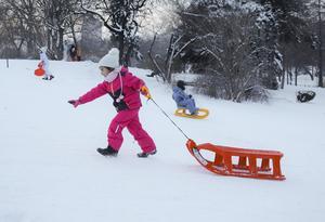 Barnbidrag gör att många familjer kan köpa saker barnen behöver, exempelvis en ny varm vinteroverall. Foto: Vadim Ghirada/TT