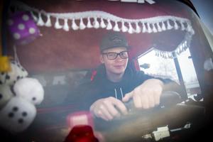 Bakom fransar, wunderbaums och tärningar i backspegeln glider Albin Östberg på Hammarstrands gator.