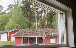 """Gick igenom den yttre rutan. """"Det är en skaderisk för de som vistas här när fönstret är trasigt. Det är till att beställa ett nytt och äska nya pengar från sponsorer. Vi är en ideell förening"""", säger Andreas Nyquist."""