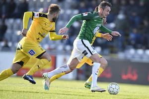 Jönköpings Södras Daryl Smylie jagas av Halmstad Jesper Westerberg under den allsvenska matchen mellan lagen på Stadsparksvallen i fjol.