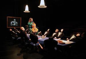 Alicia Söderman spelar cello för ledamöterna i