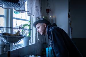 Persson är född och uppvuxen i Alfta. Han bodde under drygt tio år i Stockholm, men sedan slutet av 90-talet har han varit Bollnäsbo tillsammans med sambo och dotter.