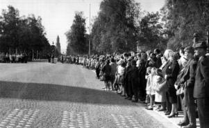 Det finns inga uppgifter om när den här bilden är tagen men ska man gissa utifrån människornas kläder säger vi 1950-tal. Rådhusgatan är kullerstensbelagd på bilden, kanske någon läsare vet när kullerstenen försvann? Inte heller har vi kunnat hitta något i ÖP:s arkiv eller tidningslägg om varför alla dessa människor står uppställda längs gatan.  En gissning skulle kunna vara att de väntar på kung Gustav VI Adolf som var på eriksgata 1952. Kanske någon läsare vet besked?