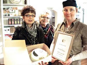 Elisabeth Johansson och Maud Kvarnäng uppvaktade Petras Bockholt Berggren med tårta och ett diplom på Kvinnodagen.
