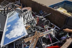 Det ligger en mängd skrot på tomten som behöver sorteras och återvinnas, enligt byggnadsnämnden (genrebild).