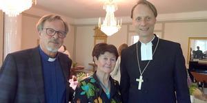 Per Harling (t v) uppvaktad av Wallinsamfundets ordförande Mona Engberg och biskop Mikael Mogren i samband med årets Wallinhögtid.
