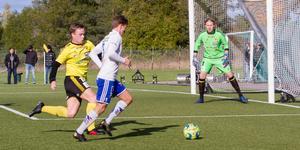 Arboga Södra lyckades hålla nollan. Här ser vi målvakten Joakim Brunnberg och Linus Järpenberg från Arboga Södra hindra att det blir ett mål för motståndarna.