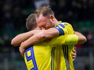 Sveriges Marcus Berg och Andreas Granqvist efter slutsignalen i VM-kvalets playoff, andra matchen, mellan Italien och Sverige på San Siro i Milano. Matchen slutade 0-0 och Sverige gick vidare till VM.Bild: Jonas Ekströmer/TT