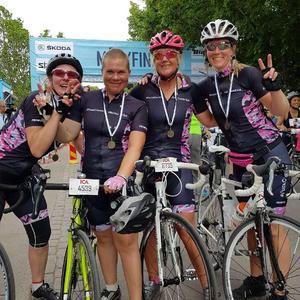 Isabella Almetetg omgiven av lagkamraterna Gunilla Råstock, Monika Gransell och Linda Engström efter målgången i lördags.