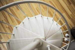 Spiraltrappan leder upp till loftet.
